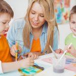 Begeleider met kinderen aan het schilderen