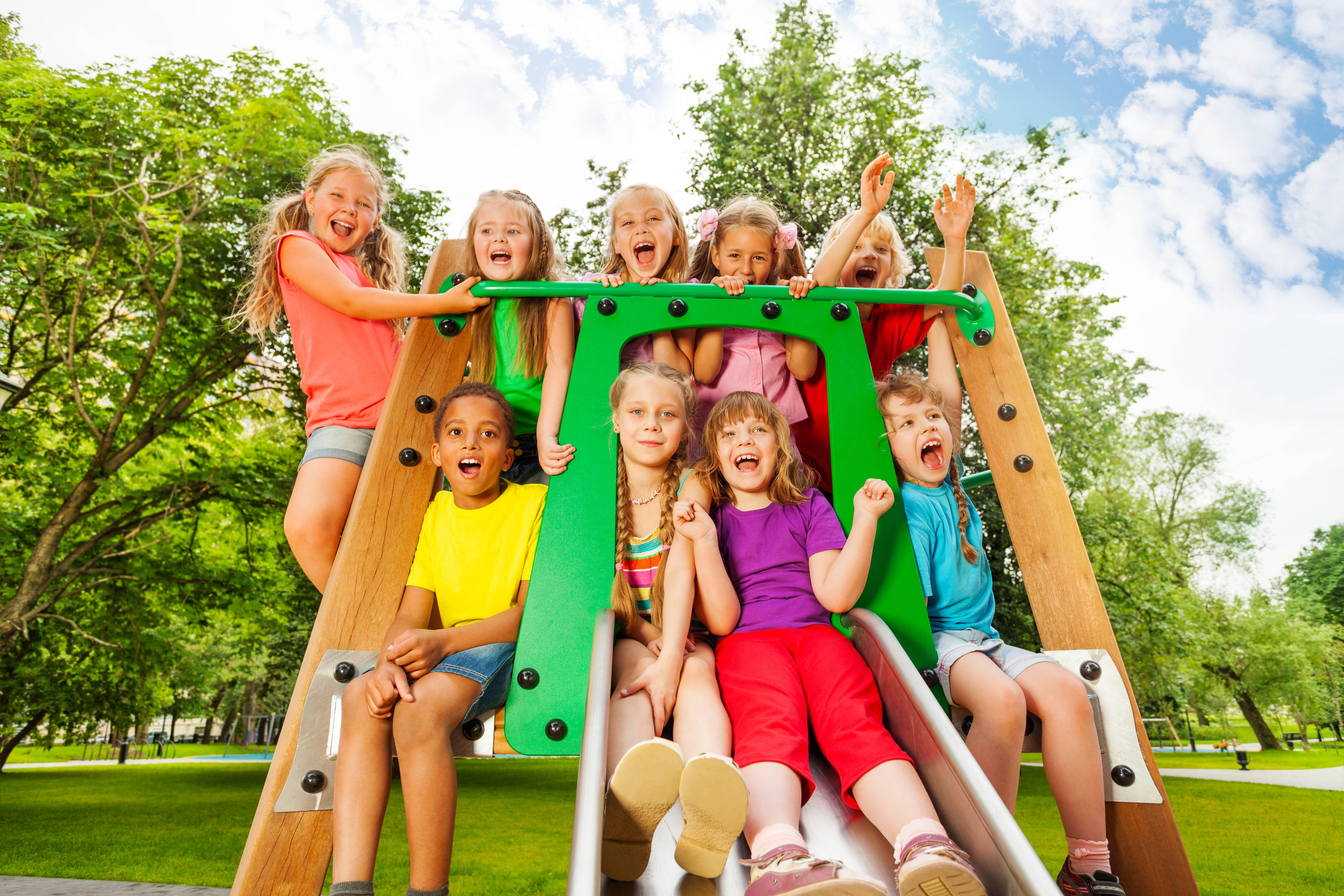Kinderen gezellig op een klimrek